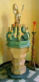 /kamienna chrzcielnica średniowieczna u franciszkanów - pochodzi z II polowy XV wieku, pokrywa barokowa/